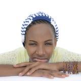 Schwermütiger Jugendlicher, der ein gestreiftes Kopftuch, lokalisiert trägt Stockbild
