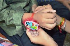 Schwester bindet Rakhi auf der Hand des Bruders auf Rakshabandhan-Festival in Indien lizenzfreies stockbild