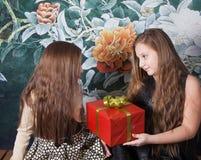 Schwester, die Geschenk teilt stockfoto