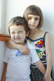 Schwester, die ihren glücklichen Bruder umfasst lizenzfreie stockfotos