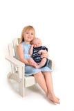 Schwester-Holding ihr neugeborener Schätzchen-Bruder auf Weiß Lizenzfreie Stockbilder