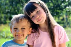 Schwester mit Bruder Stockbilder