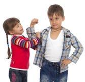 Schwester mit ihrem Bruder Stockfoto