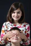 Schwester schloß zum Bruder des Auges mit eigenen Händen Lizenzfreie Stockbilder
