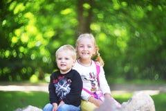 Schwester und Bruder lizenzfreie stockfotografie