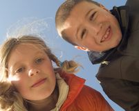 Schwester und Bruder auf dem Strand Stockbilder