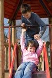 Schwester und Bruder auf Plättchen Stockfoto