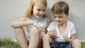Schwester und Bruder, die draußen zur Tageszeit spielen stock video