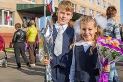 Schwester und Bruder am ersten Tag der Schule stockbilder