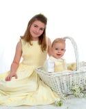 Schwester und Bruder mit Küken Stockbilder