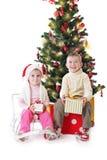 Schwester und Bruder mit Weihnachtsgeschenken Lizenzfreie Stockfotos