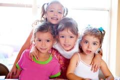 Schwester und Freunde scherzen Mädchen in der Umarmung, die zusammen glücklich ist stockfoto
