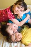 Schwester und zwei Brüder stockfotografie