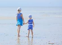 Schwester zwei auf der Küste, die den Abstand untersucht lizenzfreie stockfotografie