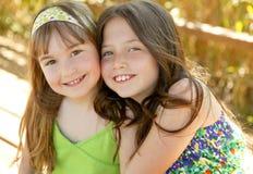 Schwester zwei glücklich zusammen innen draußen Lizenzfreies Stockbild