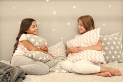 Schwesterkommunikation Schwestern teilen wann mit, im Schlafzimmer sich zu entspannen Familien-Zeit Kinder entspannen sich und Sp lizenzfreies stockbild