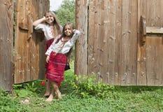 Schwestern außerhalb des Hauses Stockfotos