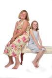 Schwestern auf Bank Stockfotos