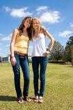 Schwestern auf dem Bauernhof Lizenzfreie Stockbilder