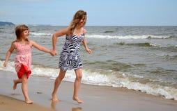 Schwestern auf dem Strand Stockfotografie
