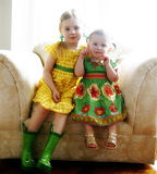 Schwestern auf einem Stuhl Lizenzfreies Stockbild