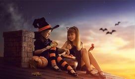 Schwestern auf Halloween Stockbild