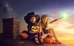 Schwestern auf Halloween Stockfoto