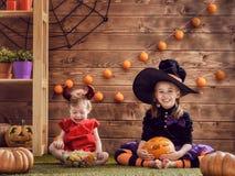 Schwestern auf Halloween Lizenzfreie Stockfotos