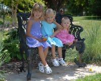 Schwestern auf Parkbank Stockbild