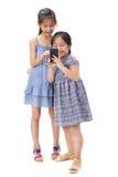 2 Schwestern auf weißem Hintergrund Stockbilder