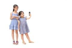 2 Schwestern auf weißem Hintergrund Stockfotografie