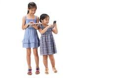 2 Schwestern auf weißem Hintergrund Stockfoto