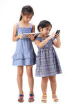 2 Schwestern auf weißem Hintergrund Lizenzfreies Stockbild