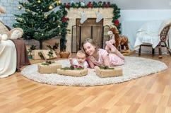 Schwestern auf Weihnachtsabend an verziertem Wohnzimmer Lizenzfreie Stockfotografie