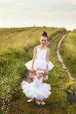 Schwestern beschäftigt gewesen mit dem Feld des Balletts Lizenzfreie Stockbilder