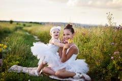 Schwestern beschäftigt gewesen mit dem Feld des Balletts Lizenzfreie Stockfotografie