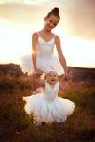 Schwestern beschäftigt gewesen mit dem Feld des Balletts Stockfotografie