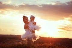 Schwestern beschäftigt gewesen mit dem Feld des Balletts Stockfotos