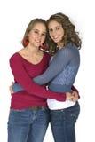 Schwestern in den jeder des anderen Armen Stockbilder