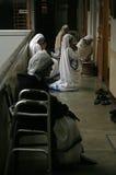 Schwestern der Missionare von Nächstenliebe an der Masse in der Kapelle des Mutter-Hauses, Kolkata Lizenzfreie Stockbilder