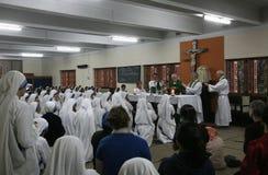 Schwestern der Missionare von Nächstenliebe an der Masse in der Kapelle des Mutter-Hauses, Kolkata Lizenzfreies Stockbild