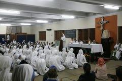 Schwestern der Missionare von Nächstenliebe von Mutter Teresa an der Masse in der Kapelle des Mutter-Hauses, Kolkata Lizenzfreies Stockbild