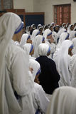 Schwestern der Missionare von Nächstenliebe von Mutter Teresa an der Masse in der Kapelle des Mutter-Hauses, Kolkata Lizenzfreies Stockfoto