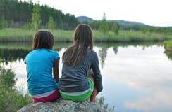 Schwestern in der Natur lizenzfreies stockfoto