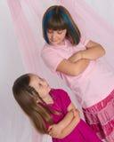 Schwestern, die einander mit Fluglage betrachten Stockbild