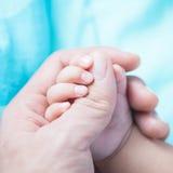 Schwestern, die Hände anhalten Lizenzfreie Stockfotos