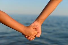 Schwestern, die Hände anhalten Ein Paar-Händchenhalten Lizenzfreies Stockfoto