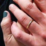 Schwestern, die Hände anhalten Liebe im Wald stockfotografie