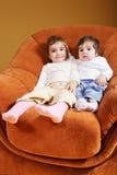 Schwestern, die im Stuhl sitzen lizenzfreie stockfotos