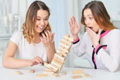 Schwestern, die mit Holzklötzen spielen Lizenzfreie Stockbilder